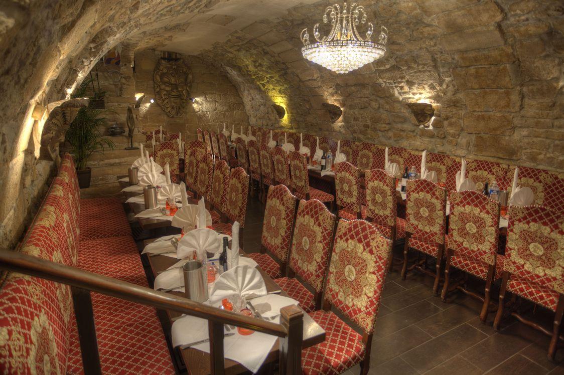 Salle de réception pour soirée de fin d'année d'entreprise - restaurant L'Escarmouche recevant les groupes à Paris